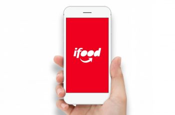 ifood na mao 350x231 - Como cadastrar o seu restaurante no iFood (e aumentar as vendas)?